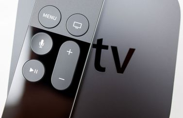Apple TV met remote, foto via Shutterstock (shutterstock_372008458)