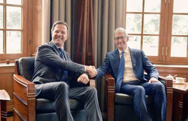 Mark Rutte met Tim Cook.