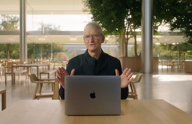 Tim Cook met MacBook in Apple Park