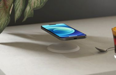 Zens Built-in Wireless Charger met iPhone 12.