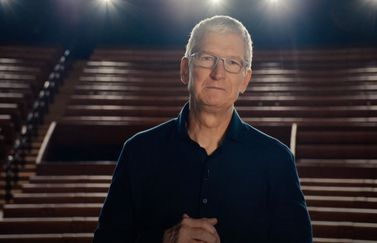 Tim Cook in leeg Steve Jobs Theater voor de tribune.