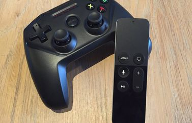 SteelSeries Nimbus draadloze controller met Apple TV Remote.