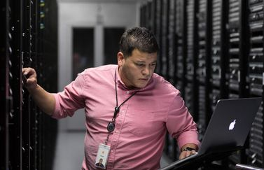 Apple medewerker in datacenter