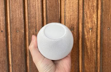 HomePod mini review: compact in de hand.