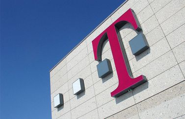 T-Mobile logo op gevel
