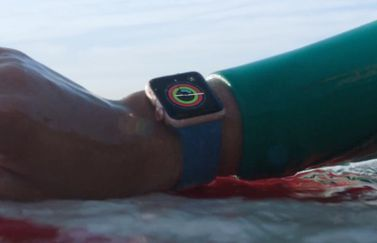 Apple Watch Series 2 surfen in een reclame.