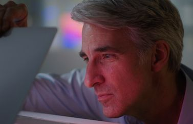 Craig Federighi met MacBook