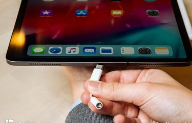 iPad Pro 2018 review met USB-C en koptelefoonadapter.