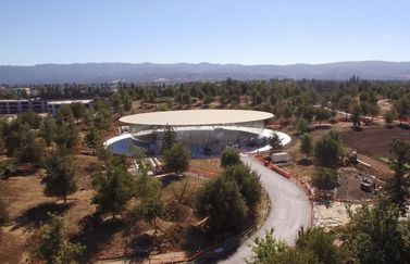 Steve Jobs Theater in dronevideo van Apple Park.