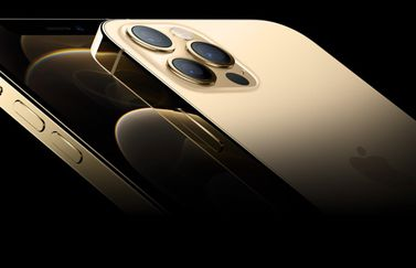 iPhone 12 Pro Max in goud.