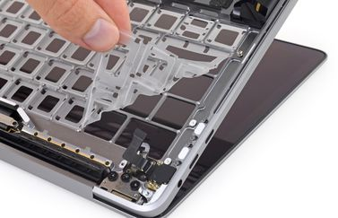 MacBook Pro 2018 toetsenbord teardown van iFixit met membraan.
