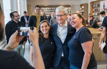 Tim Cook in Apple Store Den Haag